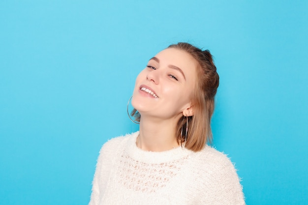 Conceito de pessoas, felicidade e estilo de vida saudável - o retrato de uma jovem com emoções felizes