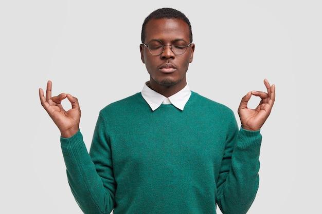 Conceito de pessoas, linguagem corporal e meditação