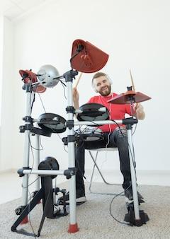 Conceito de pessoas, música e hobby - durão tocando bateria eletrônica.