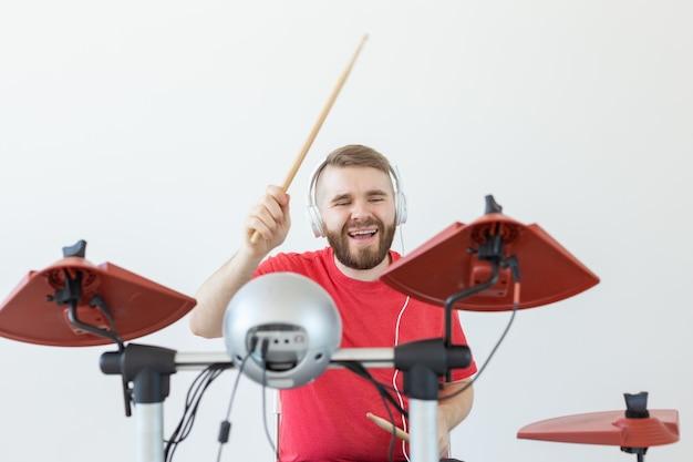 Conceito de pessoas, música e hobby - vista inferior do baterista.