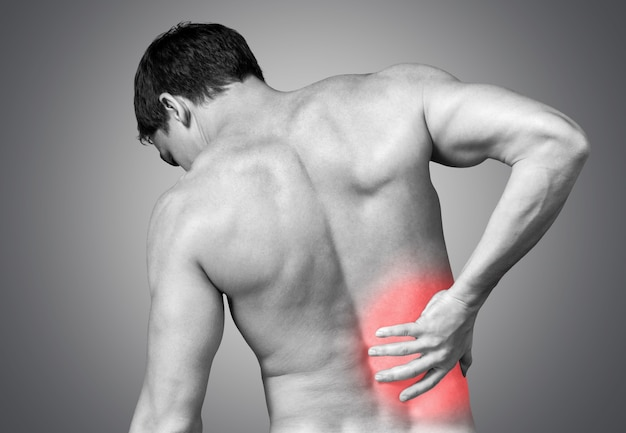 Conceito de pessoas, saúde e problema - close-up de um homem com dor nas costas