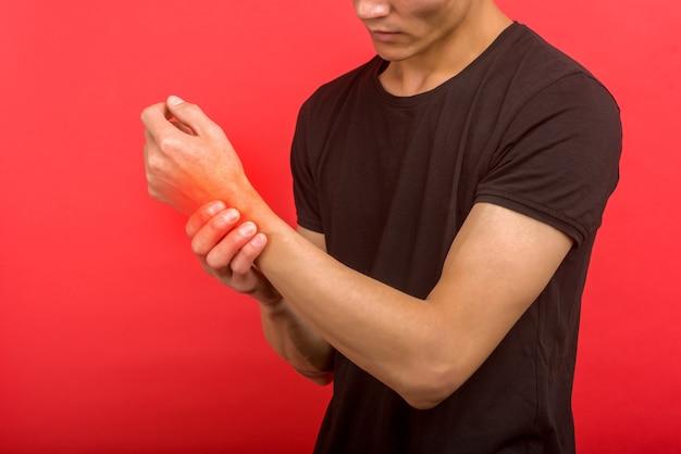Conceito de pessoas, saúde e problema - close-up de um homem sofrendo de dor no pulso - imagem