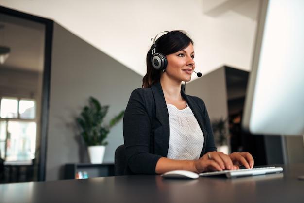 Conceito de pessoas, serviço on-line, comunicação e tecnologia.