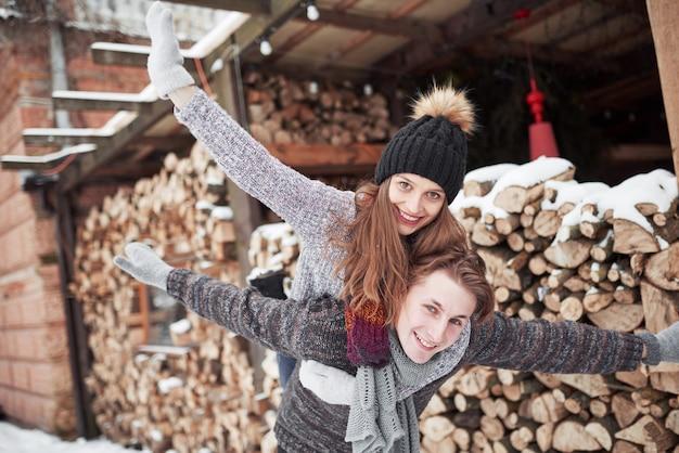 Conceito de pessoas, temporada, amor e lazer - casal feliz se divertindo durante o inverno