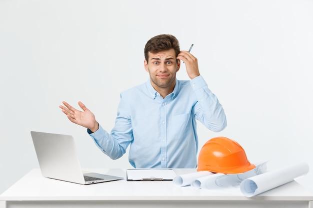 Conceito de pessoas, trabalho, cansativo e excesso de trabalho. engenheiro entediado e sonolento trabalhando até tarde.