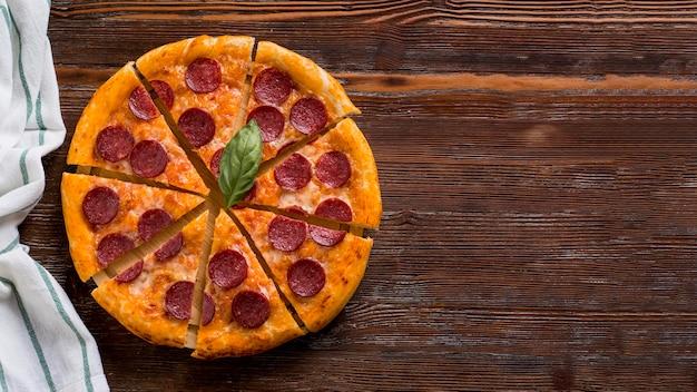 Conceito de pizza deliciosa com espaço de cópia
