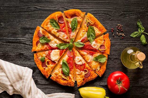 Conceito de pizza deliciosa na mesa de madeira