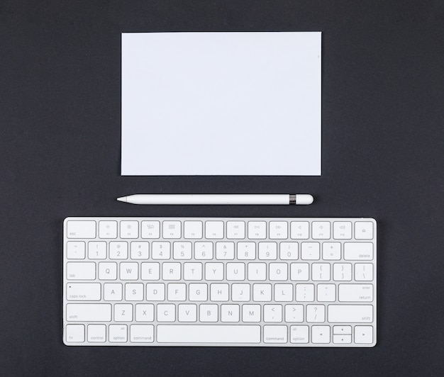 Conceito de planejamento com lápis, teclado, papel na opinião superior do fundo preto. espaço para texto. imagem horizontal