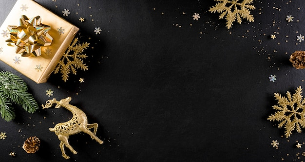 Conceito de plano de fundo de natal e ano novo. vista superior da caixa de presente de natal, ramos de abeto