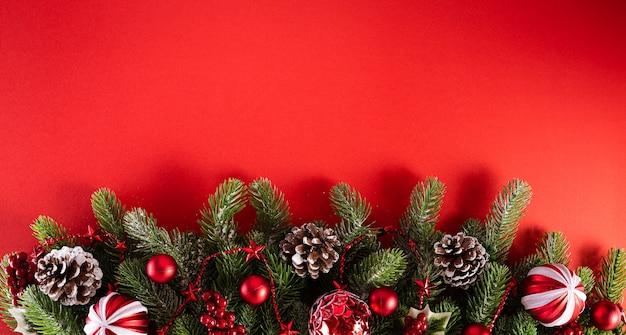 Conceito de plano de fundo de natal. vista superior das bolas vermelhas de natal com ramos de abeto