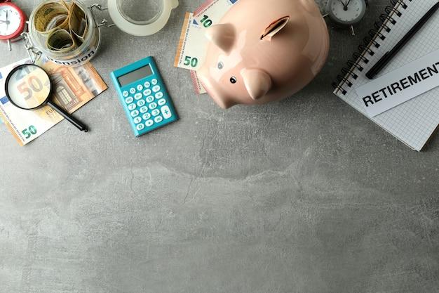 Conceito de plano de pensão ou aposentadoria em fundo cinza