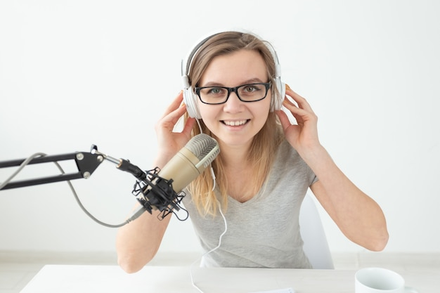 Conceito de podcasting, música e rádio - mulher falando no rádio, trabalhando como apresentadora de perto