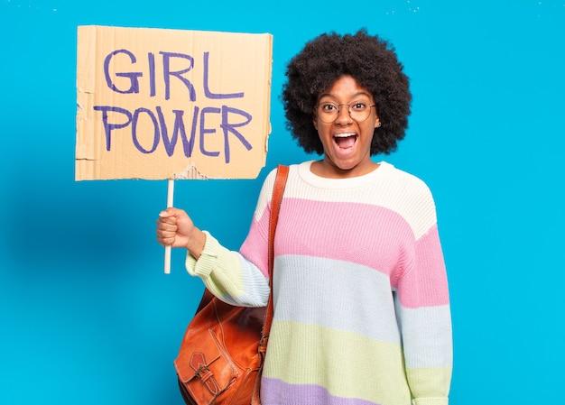 Conceito de poder feminino jovem e bonita mulher afro