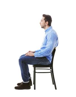 Conceito de postura incorreta. homem sentado na cadeira isolado no branco