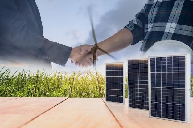 Conceito de potência e energia de painéis solares com acordo de aperto de mão de empresário e engenheiro
