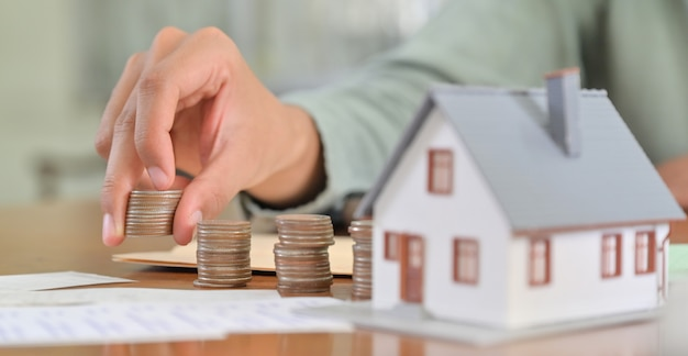 Conceito de poupar dinheiro para comprar uma casa.