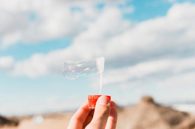 Conceito de praia com bolhas de sabão