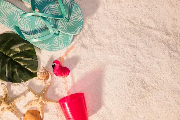 Conceito de praia com chinelos azuis