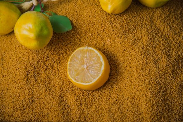 Conceito de praia com limões na areia