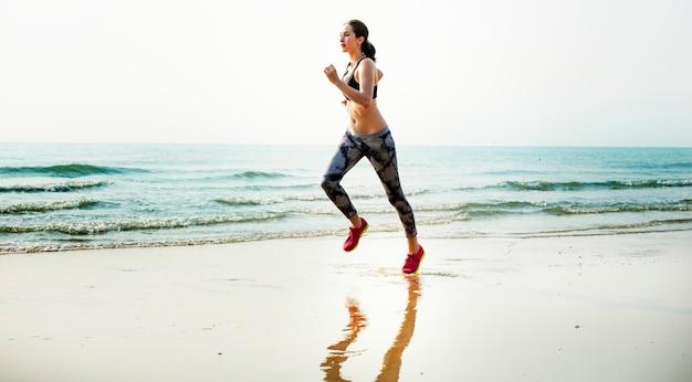 Conceito de praia de estilo de vida saudável de treinamento de exercício em execução