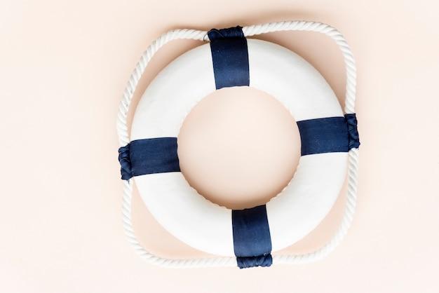 Conceito de praia de tubo salva-vidas de verão