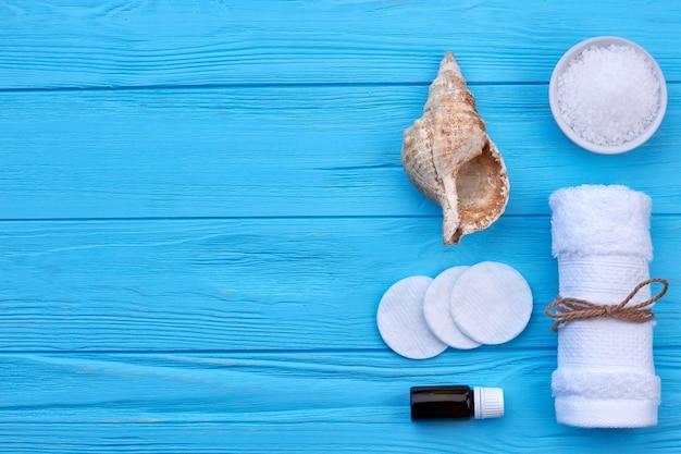 Conceito de praia ou spa plana leigos com espaço de cópia. concha do mar com almofadas de algodão e toalha.