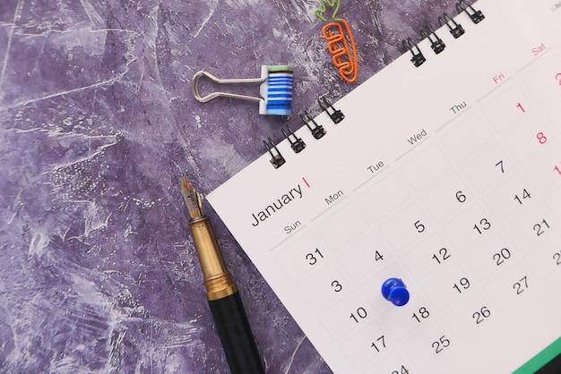 Conceito de prazo final com alfinete na data do calendário fechar