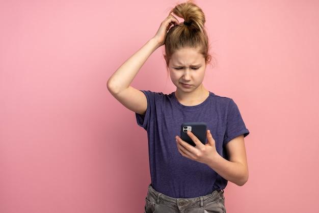 Conceito de pré-adolescentes de redes sociais de pessoas de dispositivo digital de telefone