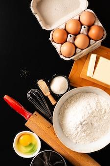 Conceito de preparação de alimentos sobre a cabeça tiro utensílios de cozinha para amassar a massa para padaria
