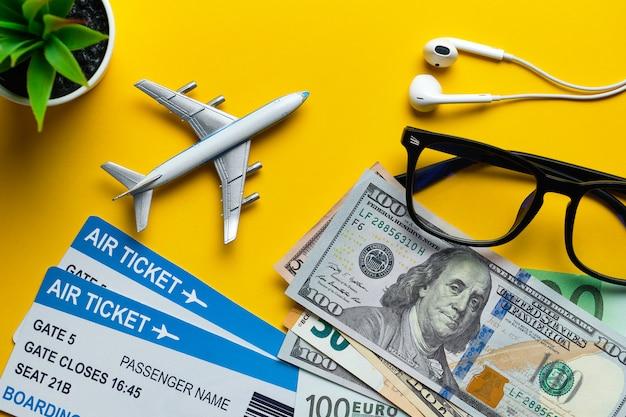 Conceito de preparação de férias com bilhetes de avião, dinheiro