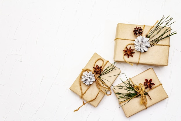 Conceito de presente de desperdício zero. decoração de natal ou ano novo com ramos e cones de pinheiro