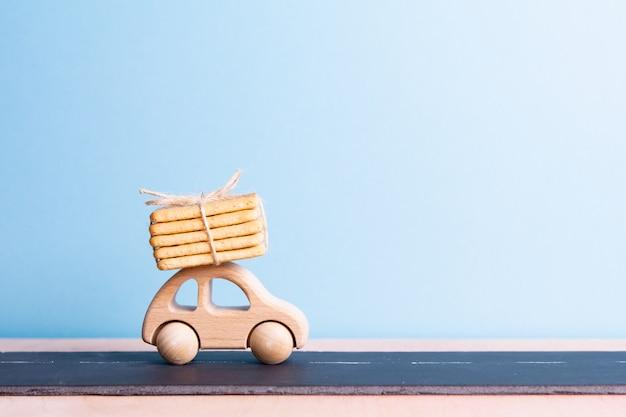 Conceito de presente. máquina de bebê carrega biscoitos