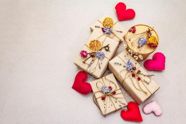 Conceito de presente zero desperdício. dia dos namorados ou aniversário eco amigável embalagem. caixas festivas em papel ofício com diferentes decorações orgânicas.
