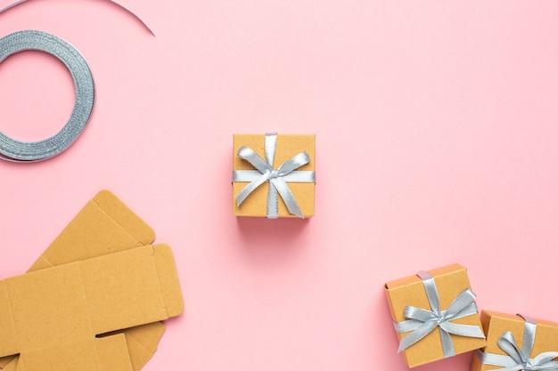 Conceito de presentes de embrulho para férias em fundo rosa
