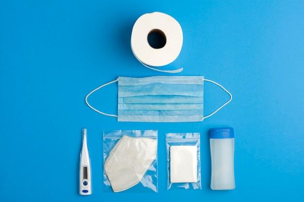Conceito de prevenção, rolo de papel higiênico, gel de tampa azul, termômetro digital