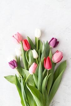 Conceito de primavera. buquê de tulipas em fundo branco de concreto