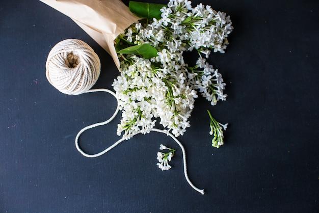 Conceito de primavera com flores lilás brancas