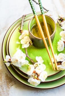 Conceito de primavera com pêssego florescendo
