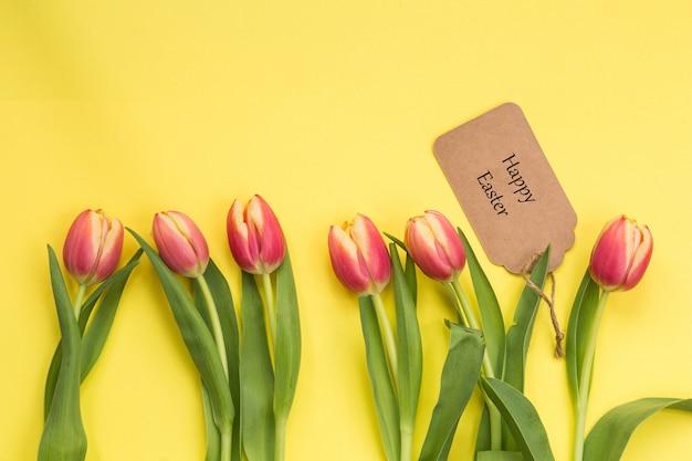 Conceito de primavera. tulipas, texto feliz páscoa, abril conceito de páscoa