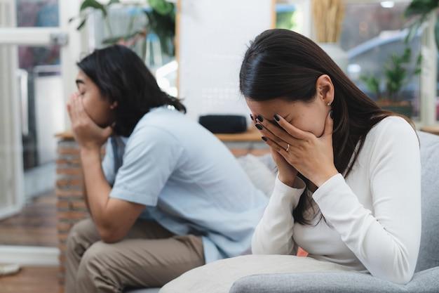Conceito de problema de amor. pares asiáticos que têm a discussão em casa.