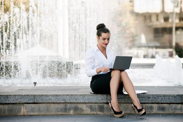 Conceito de processo de trabalho ao ar livre de estilo de vida laptop de mulher de negócios