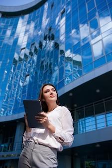 Conceito de processo de trabalho ao ar livre do tablet de estilo de vida de mulher de negócios