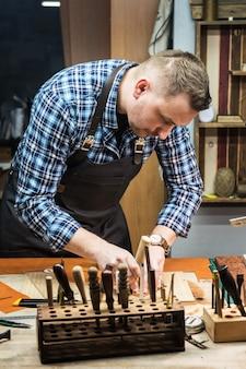 Conceito de produção artesanal de artefatos de couro.