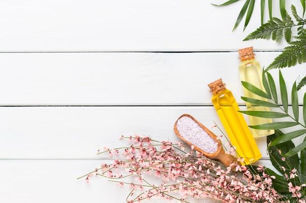 Conceito de produtos cosméticos de aromaterapia de spa, plano de fundo de spa com um espaço para um texto, plano plano, vista de cima