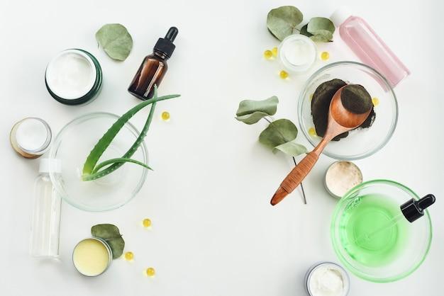 Conceito de produtos cosméticos dos termas, fundo com um espaço para um texto, configuração lisa, vista de cima de. ingredientes para a máscara facial hidratante, nutritiva e anti-rugas. conceito de produtos de beleza caseira