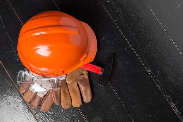 Conceito de proteção de trabalho na mesa de madeira, vista superior