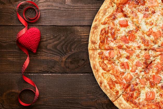 Conceito de publicidade de pizza para o dia dos namorados como presente