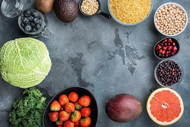 Conceito de quadro ou fronteira de produtos saudáveis, plana leiga, na mesa cinza.