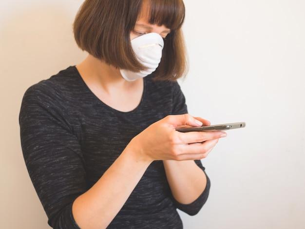 Conceito de quarentena de coronavírus. mulher na máscara facial