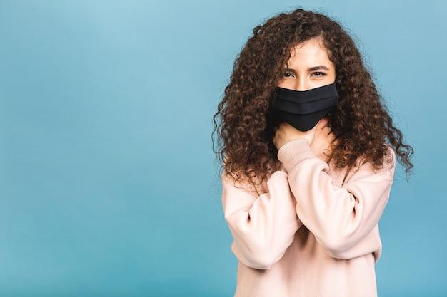 Conceito de quarentena. retrato de close-up dela ela legal atraente adorável fofa adorável garota cativante usar camisa proteção contra gripe mas facial